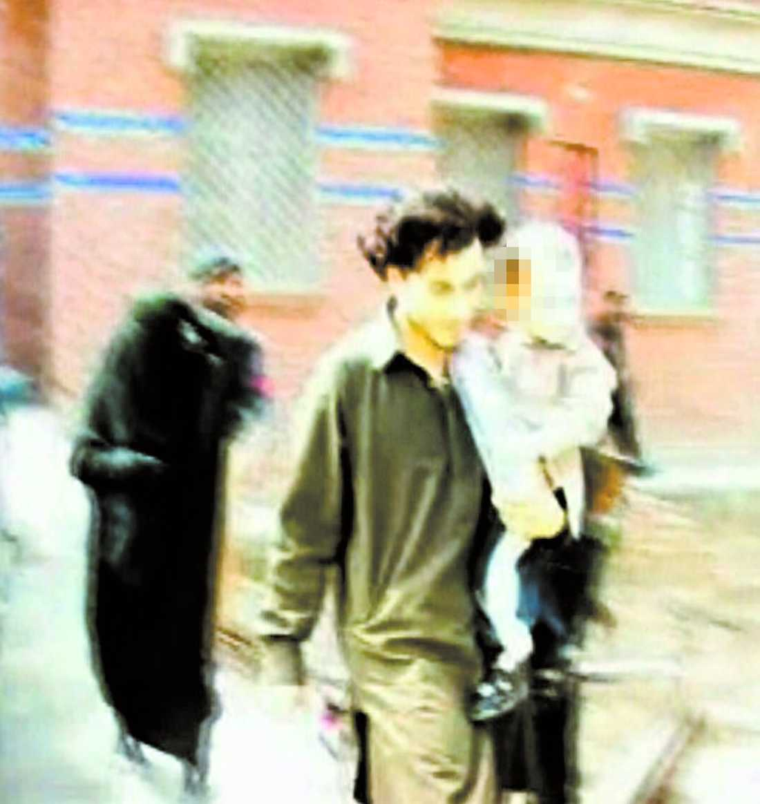 för en vecka sen I förra veckan greps Safia tillsammans med sin man och tvåårige son i Pakistan. Bilden togs av en pakistansk tv-kanal innan gripandet. Safia syns täckt i slöja i bakgrunden och hennes man Awad Munir bär på deras son.