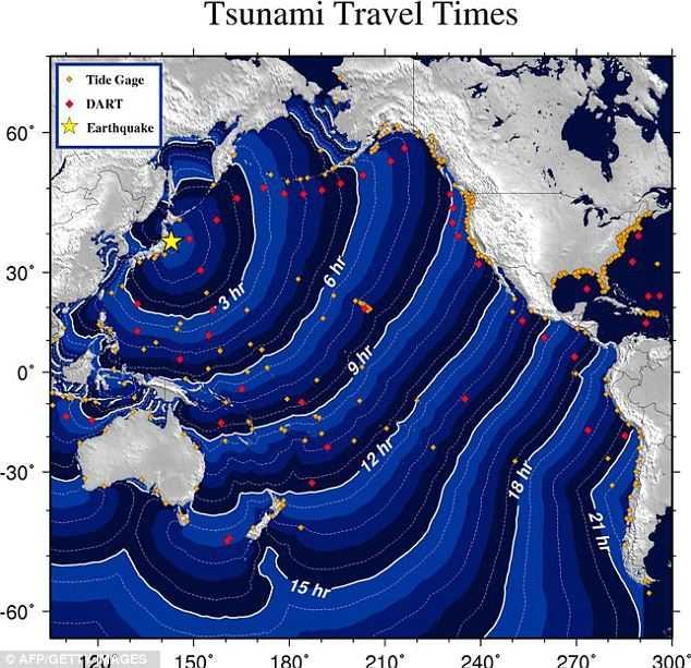 Tidschemat över hur tsunamivågen förväntas röra sig. Enligt prognoserna kommer en första våg att nå Hawaii klockan 15.07 idag. Hur allvarligt det blir är oklart.