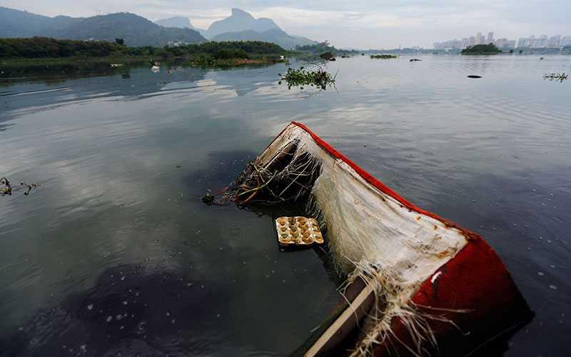 En soffa i vattnet i Jacarepagua Lagoon i närheten av olympiska parken.