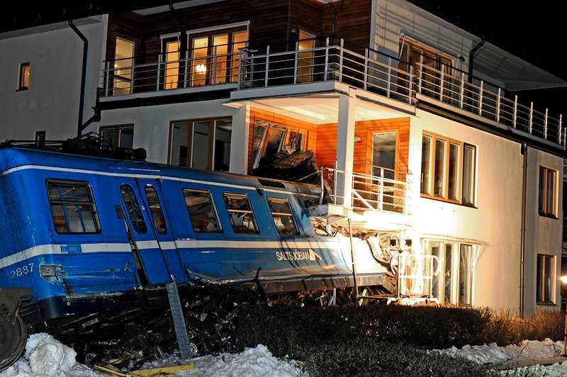 15 JANUARI, STOCKHOLM Klockan 02.30 kraschar ett tåg på Saltsjöbanan in i ett bostadshus i Saltsjöbaden. En 22-årig städerska anklagas först för att ha stulit ett tåg. Senare visar det sig att det var en olycka och SL ber henne och hennes familj om ursäkt.