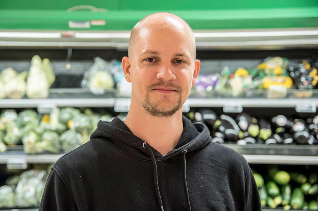Är grönsakerna för dyra?– Ja, det dyraste på våra kvitton är alltid grönsaker, vi köper mycket grönsaker. Folk köper gärna ekologiskt utan att kolla priset. Ekosparris kostade 55 kronor för ett knippe såg jag precis, mot bara 20 kronor för den vanliga, säger Nicklas Åslev, 33, it-konsult, Stockholm.