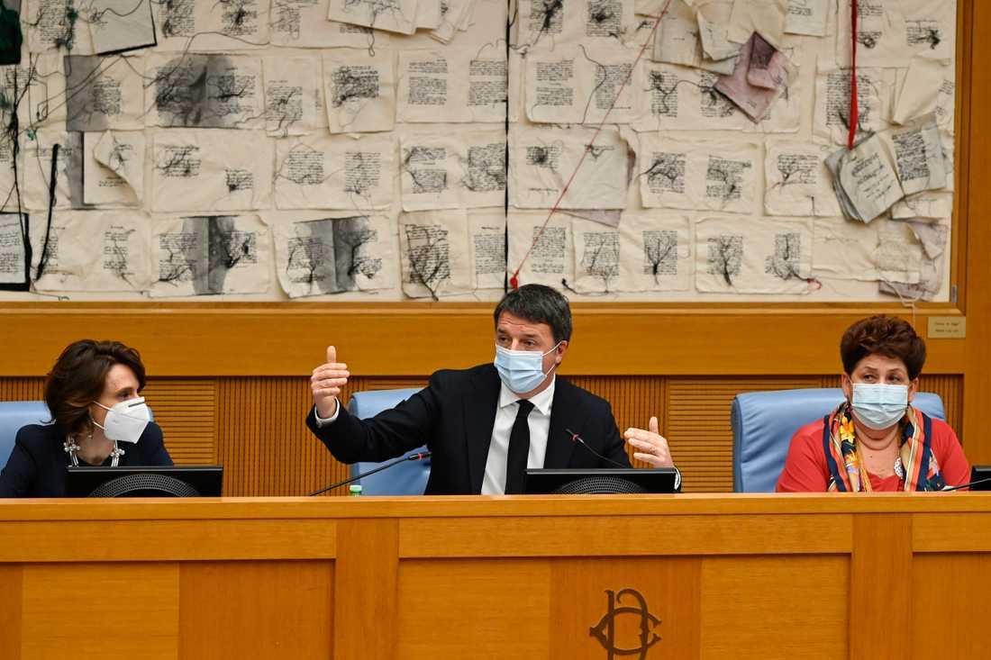 Matteo Renzi (mitten) utlöste en regeringskris när han meddelade att hans parti Levande Italien drar sig ur. Här håller han presskonferens med partiets avgående ministrar Elena Bonetti (vänster) och Teresa Bellanova (höger), på onsdagen.