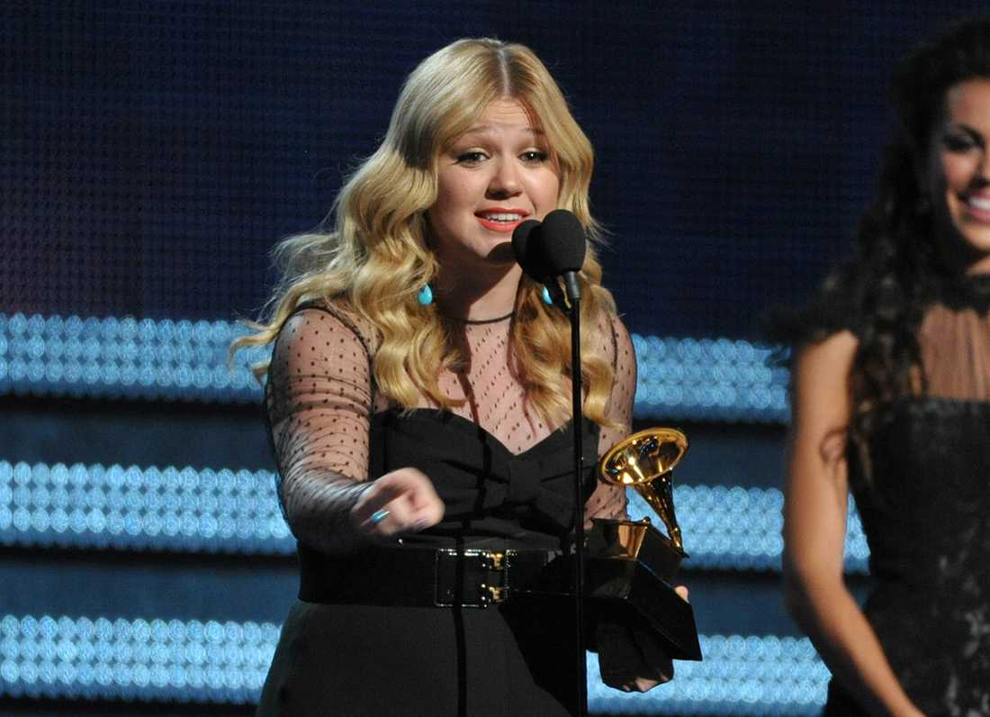 Kelly Clarkson tar emot pris under Grammys i Los Angeles 2013.