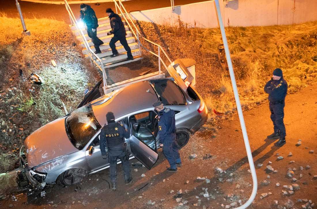 En bil voltade natten till fredagen ner på en gång- och cykelväg under Österleden i Landskrona.