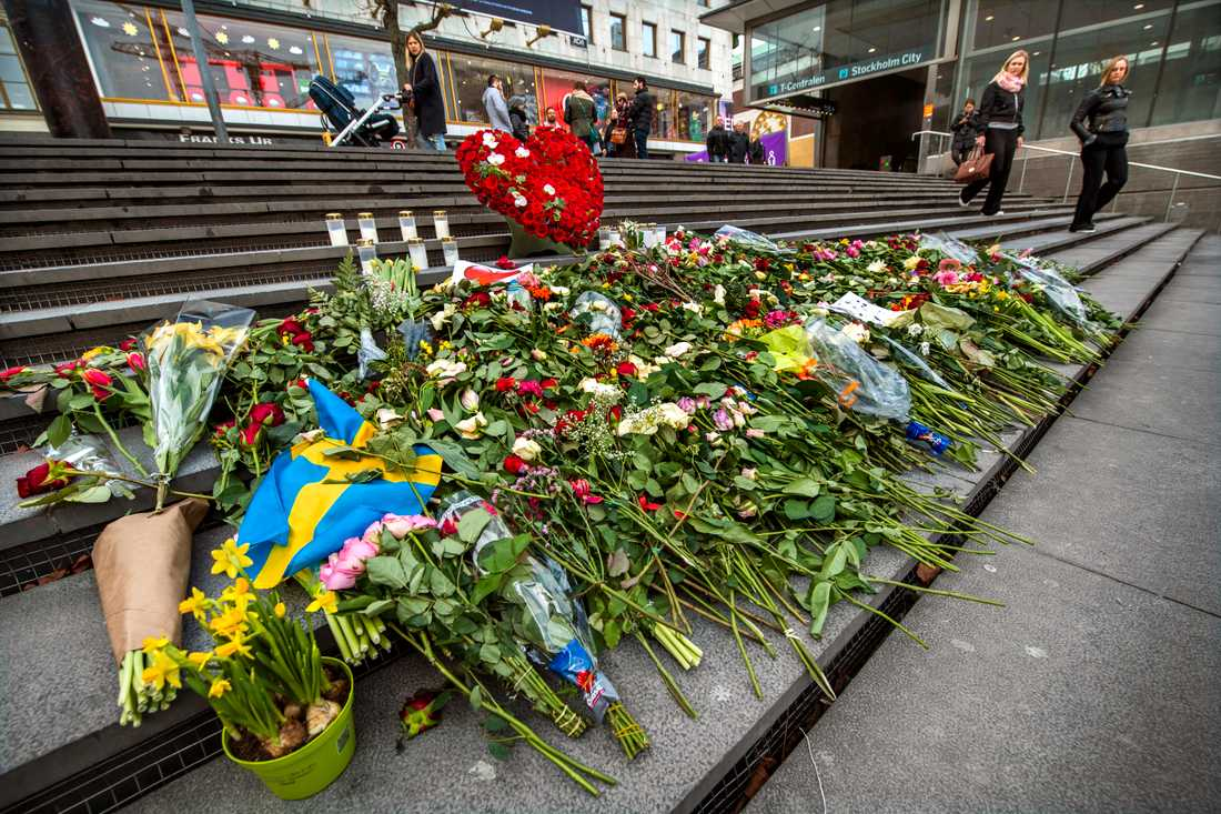 Blommor på trappan vid Sergels torg med anledning av årsdagen av terrordådet den 7 april 2017 på Drottninggatan i Stockholm. Arkivbild.
