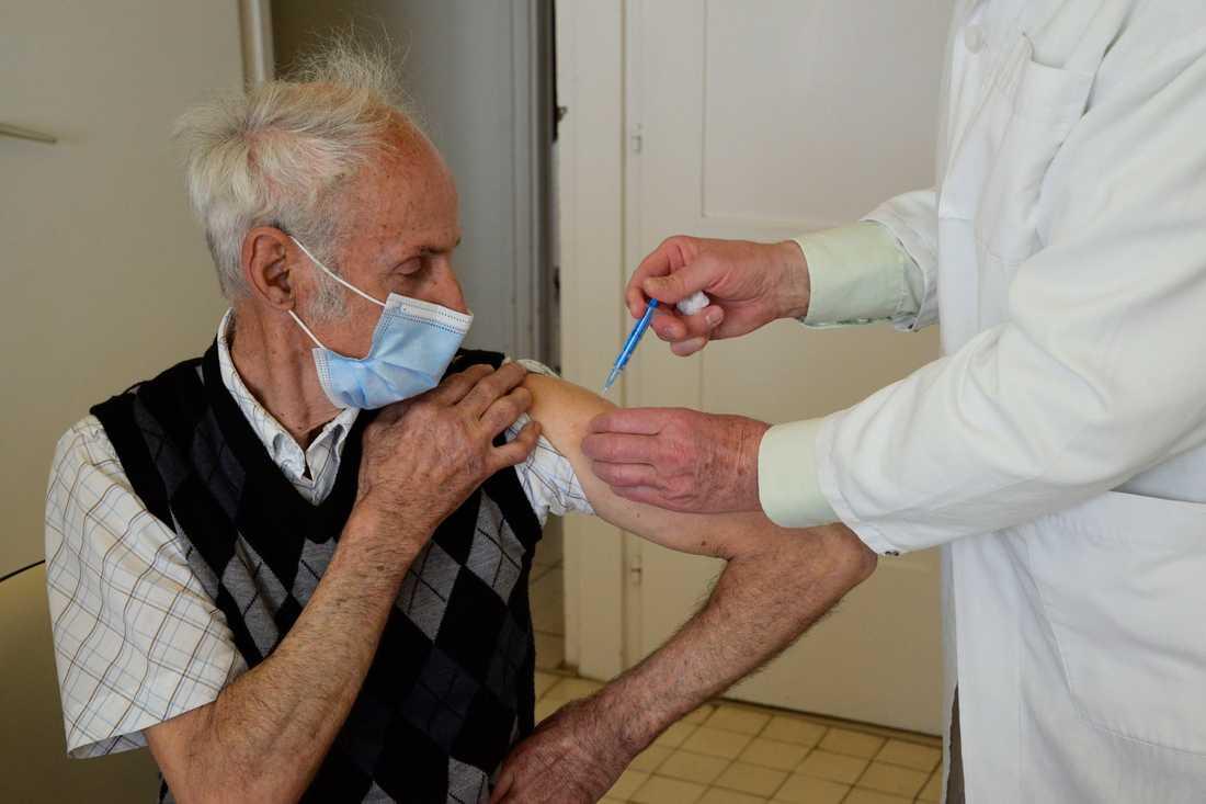 En invånare i ungerska Taplanszentkereszt vaccineras mot covid-19. Ungern är det EU-land med flest antal döda per invånare i sjukdomen under de senaste veckorna. Arkivfoto.