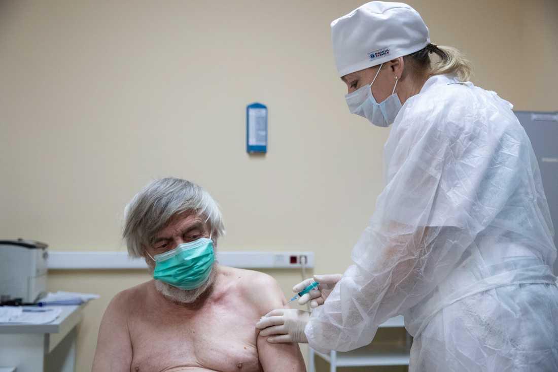 En Moskva-bo vaccineras med det ryska SputnikV-vaccinet, som Ryssland nu även hoppas få klartecken för inom EU. Arkivfoto.