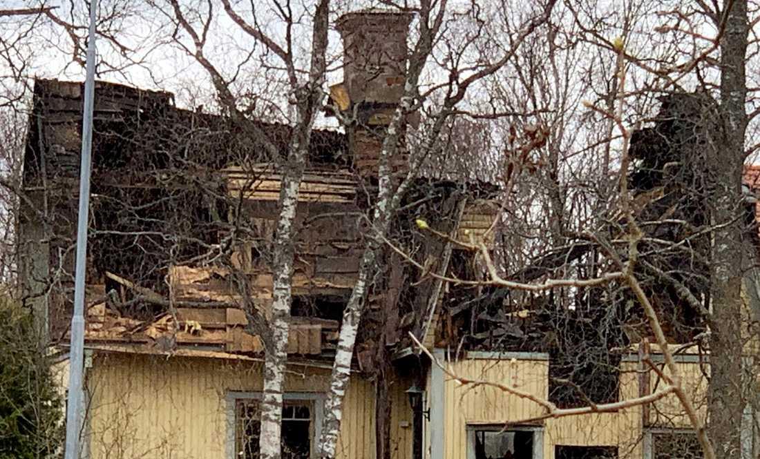 En person befaras död efter att en villa i Storvreta blev totalförstörd i en brand i natt.
