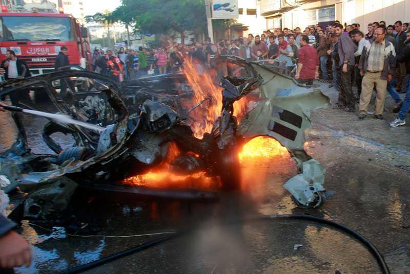 Hamas militärchef Ahmed Jabaris bil träffades av en bomb i Gaza i dag. Tre personer dog.
