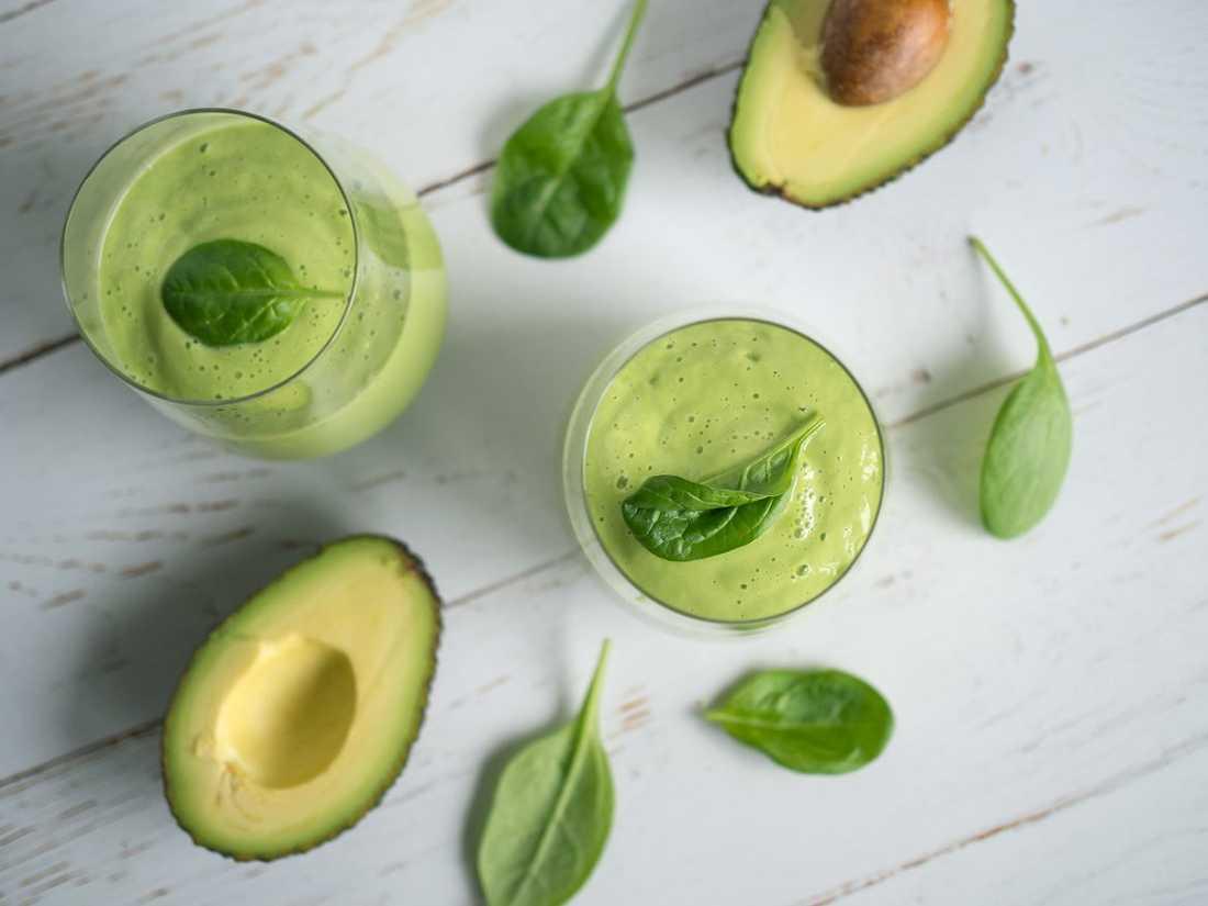 En nyttig grön smoothie med avokado.