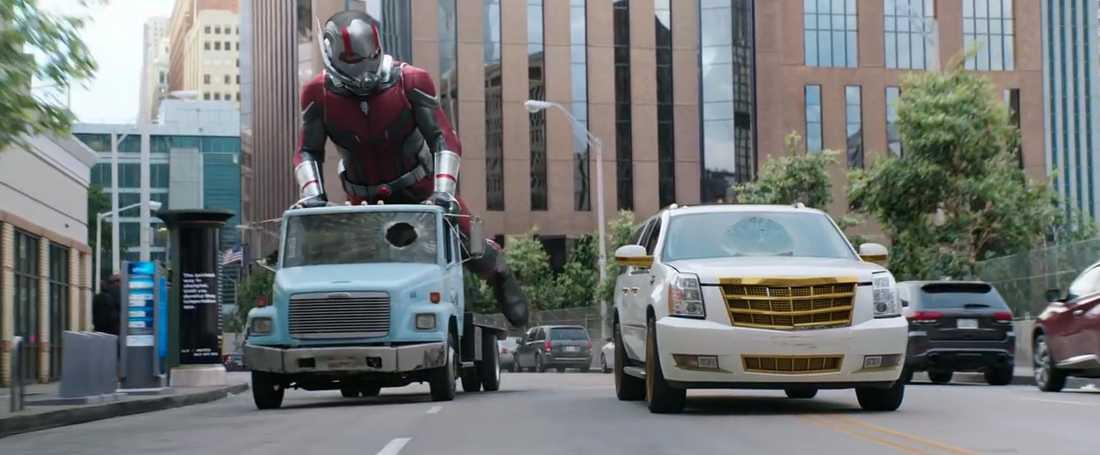 En större Ant-man under en biljakt.