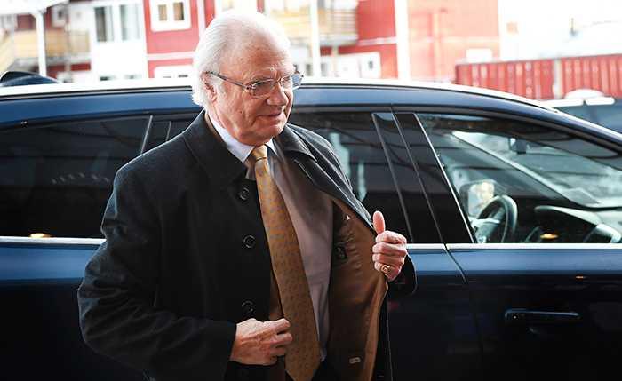 Kungen styr över vilka som får hyra de 350 lägenheter som staten äger i Stockholmsområdet.