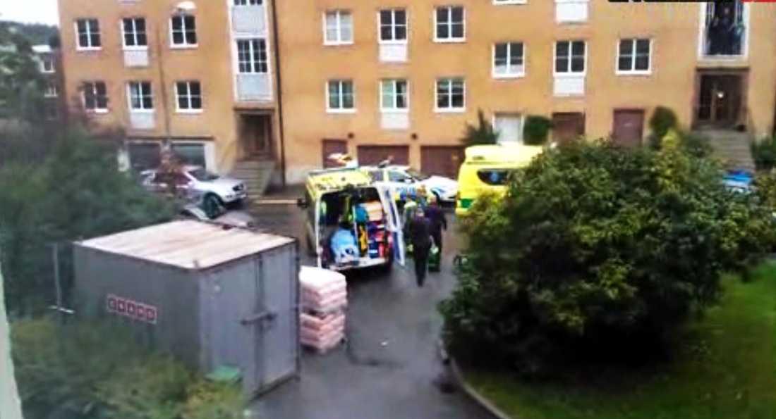 Flickan hittades död i lägenheten strax före klockan 16 en lördag.