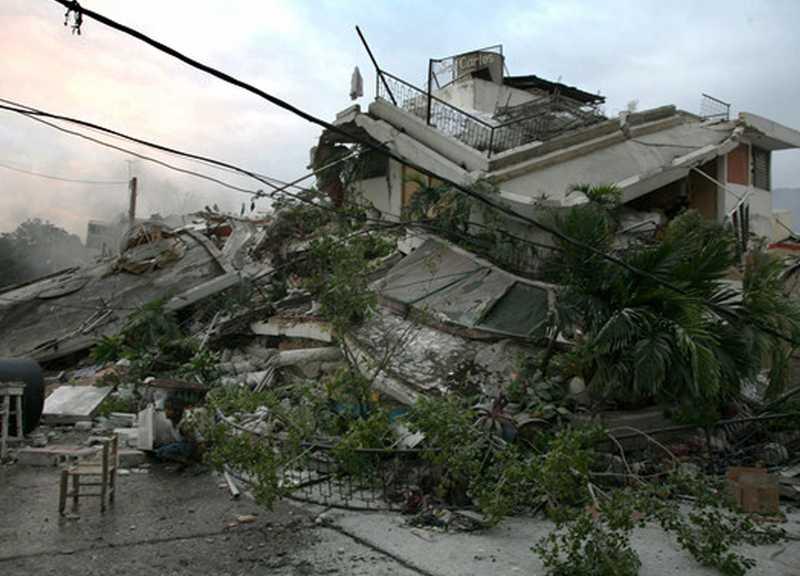 HELA STAN I SPILLROR Mängder av hus har rasat i Port-au-Prince efter det kraftigaste skalvet i Haiti sedan 1770.