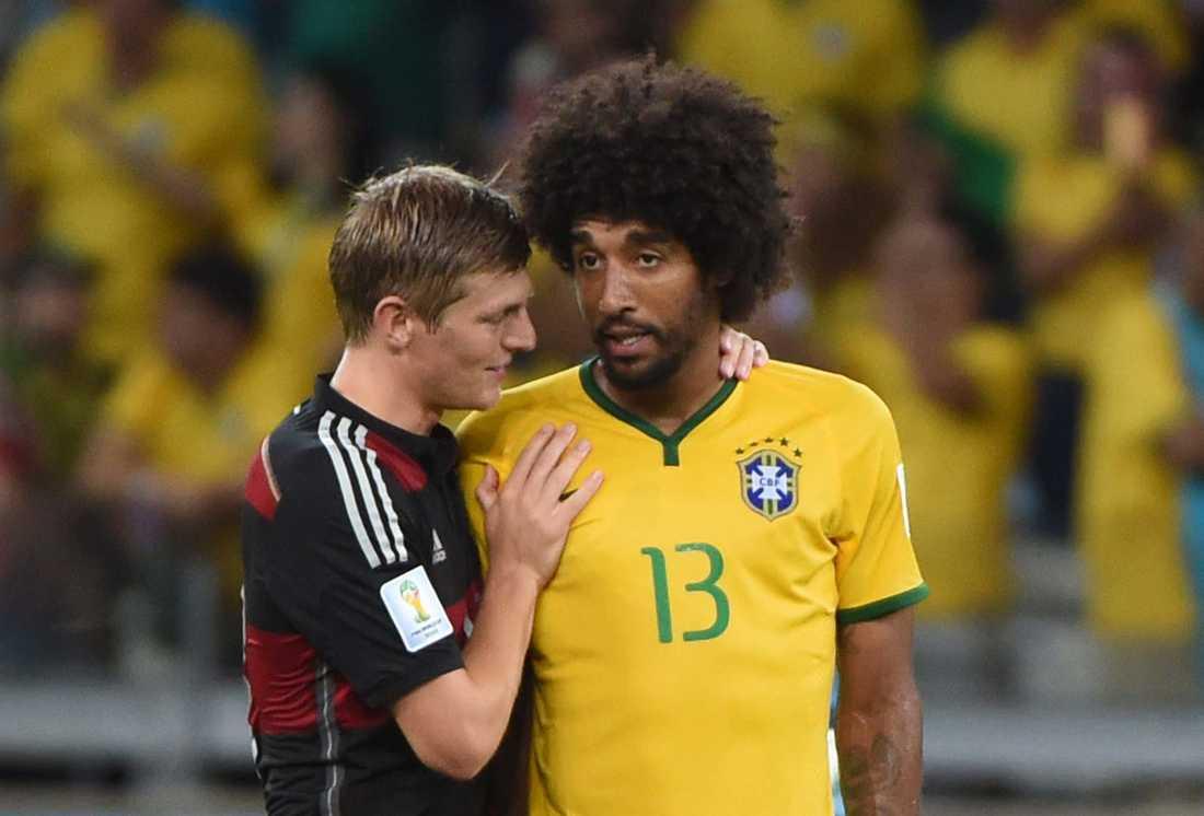 Toni Kroos tröstar Dante efter Tysklands 7–1-knock.