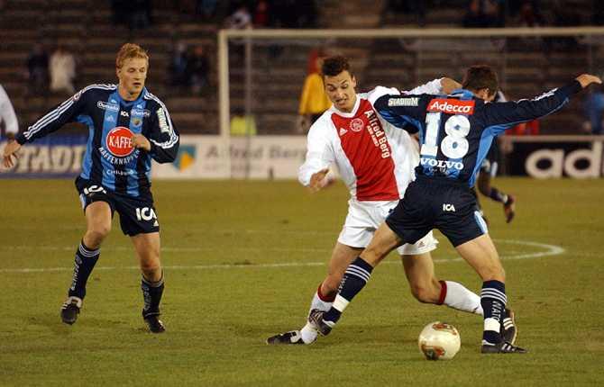 I oktober 2003 var Zlatan tillbaka på Stockholms Stadion då Ajax spelade en träningsmatch mot Djurgården. Här tunnlar Zlatan en Dif-spelare. Matchen vann Ajax med 5-0.