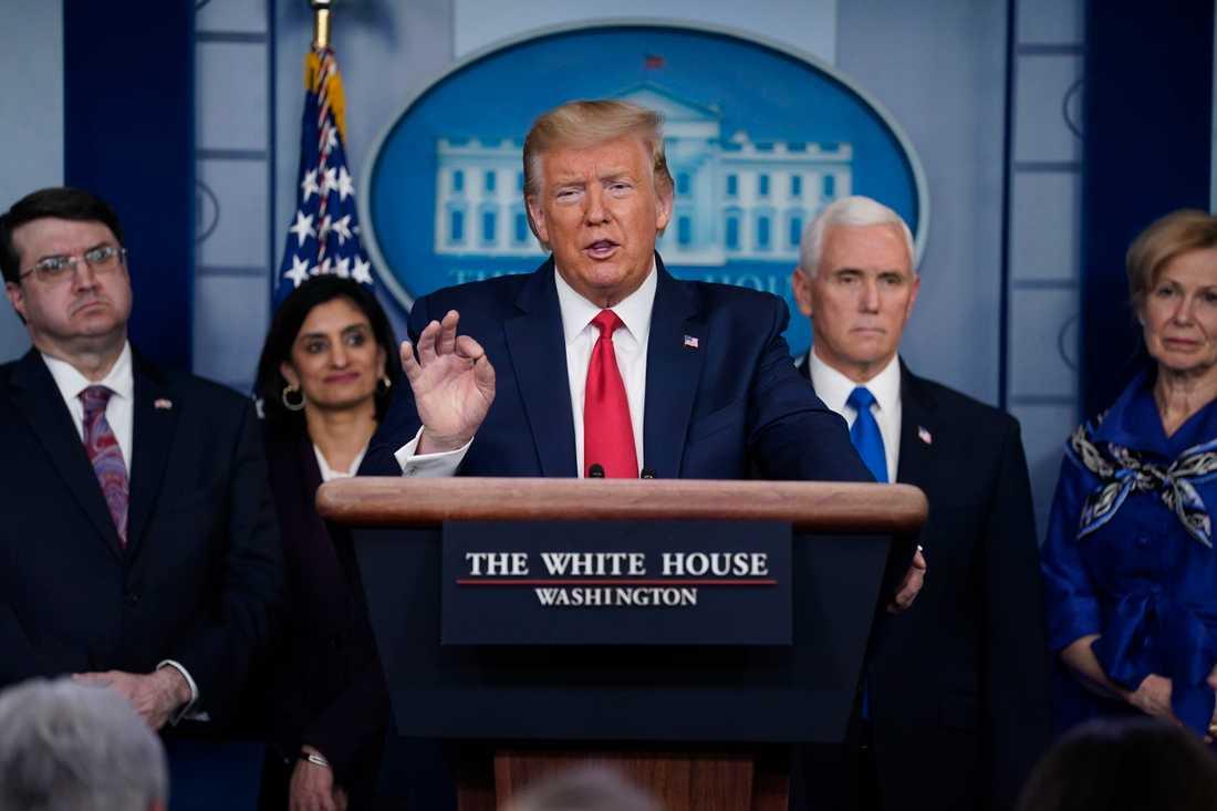 USA:s president Donald Trump försvarar under en presskonferens sitt uttalande.