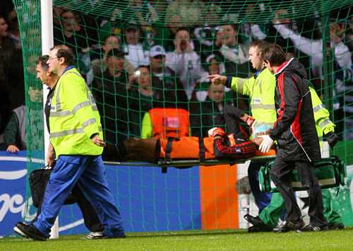 Dida bärs ut efter skandalen på Celtic Park.