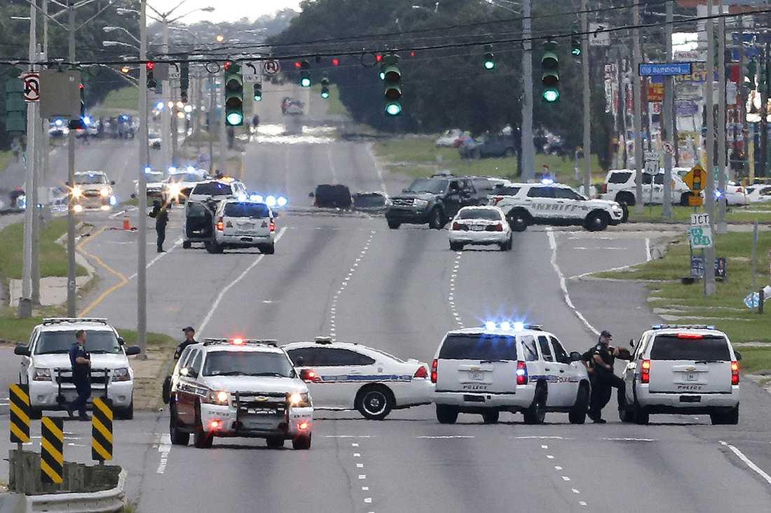 Polisen stänger av motorvägen på platsen där poliserna sköts ihjäl.