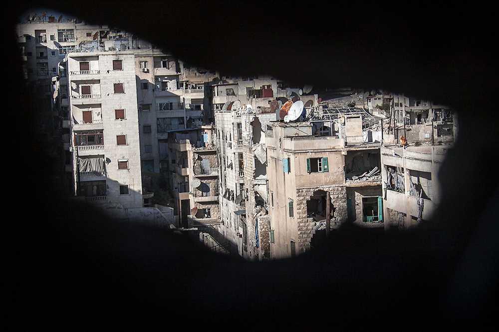 En brittisk volontärläkare i Syrien larmar om att krypskyttar siktar på barn och gravida kvinnor.