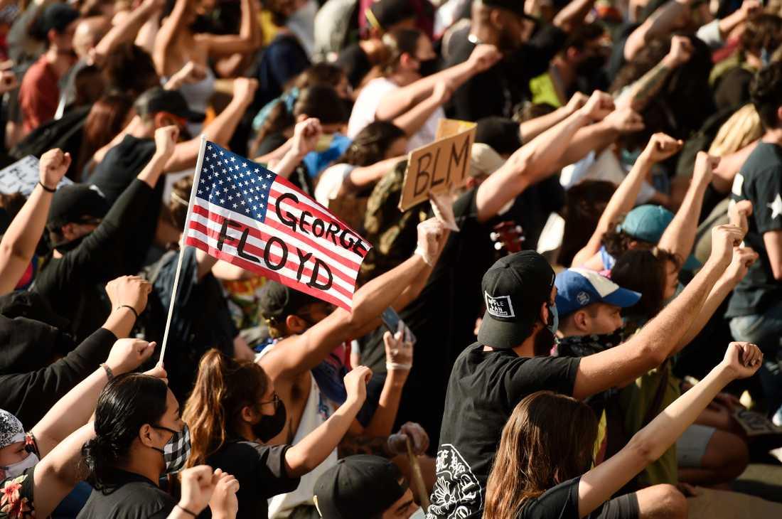 Människor demonstrerar på Los Angeles gator mot rasism och polisvåld efter George Floyds död.