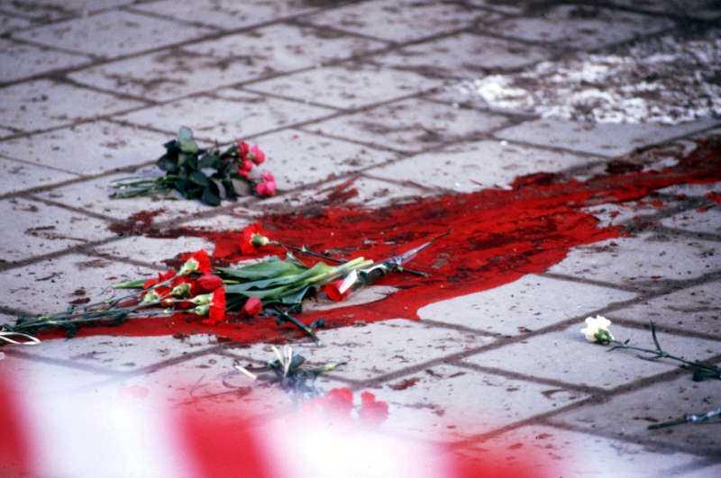 """De första blomsterhyllningarna har landat i blodfläcken på Sveavägen. Pensionerade polisen """"Göran"""" säger att han var glad över att Palme var borta, men att han inte hade något med mordet att göra."""