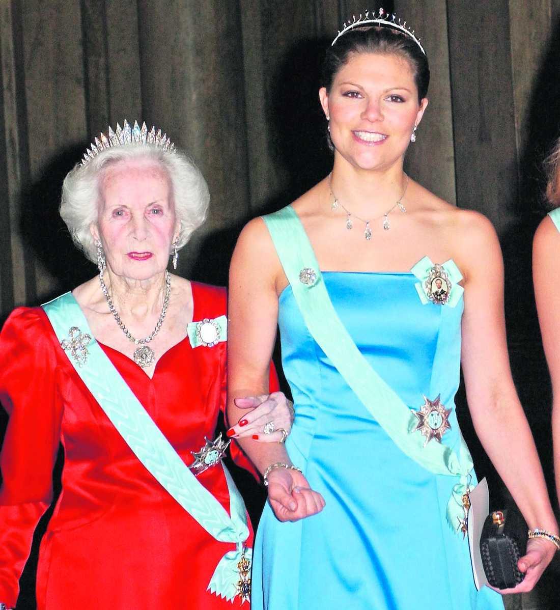 HAR BLIVIT SÄMRE Prinsessan Lilian har inte varit med vid officiella sammanhang på ett par år och har sedan en tid mått allt sämre. Här är hon tillsammans med Victoria vid en representationsmiddag på slottet 2005. Enligt hennes hovmarskalk lider hon av demenssjukdomen alzheimer.