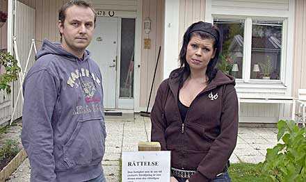 bedrövade Thomas och Heidi Sundberg upptäckte plötsligt att kronofogden hade annonserat ut deras hus, trots att det egentligen var ett helt annat hus som skulle säljas. Nu har kronofogden tvingats sätta upp en rättelse.