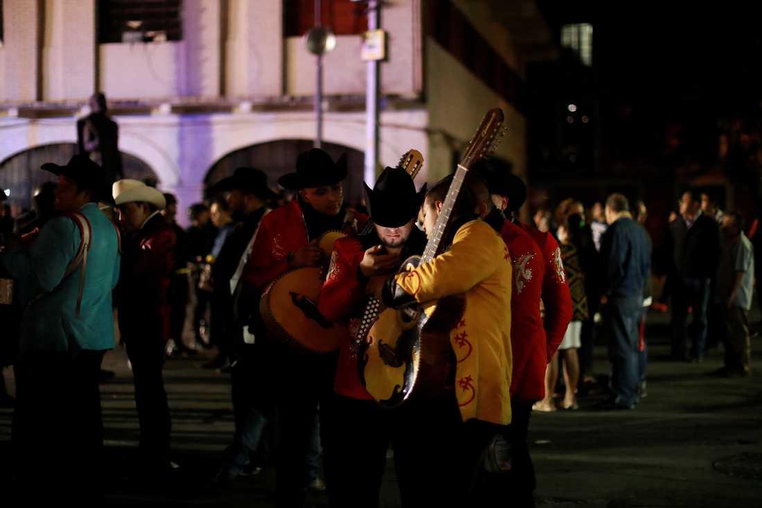 Musiker på platsen där tre personer sköts ner av personer i Mariachi-kläder.