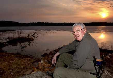 På andra sidan sjön såg Roger Boman hur björnen dödade älgen.