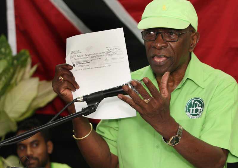 Jack Warner visar upp en kopia av en check under ett tal på Trinidad och Tobago. Warner gjorde ett framträdande i tv där han meddelade att han tänker avslöja allt.