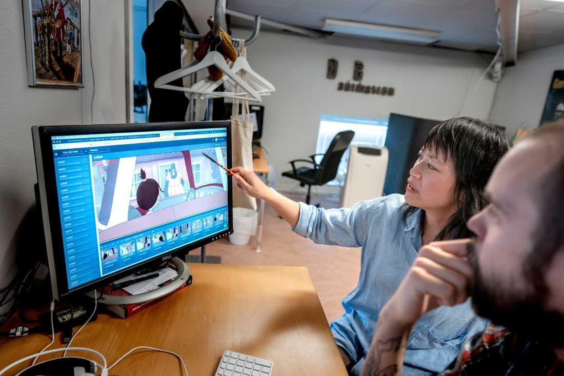 """Regissören Linda Hambäck diskuterar med Martin Nyberg, en av medarbetarna på Dockhus Animation, där """"Apstjärnan"""" nu blir tecknad film."""