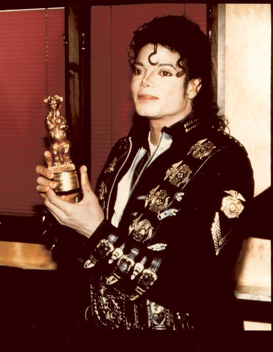 """Michael Jackson Michael Jackson släppte sitt första album på fem år 1987 och """"Bad"""" blev en omedelbar succé. Det var hans tredje soloalbum och popkungen åkte på en stor turné. Som grädde på moset fick han dessutom en guldskimrande nalle av svenska folket som Bästa utländska artist."""
