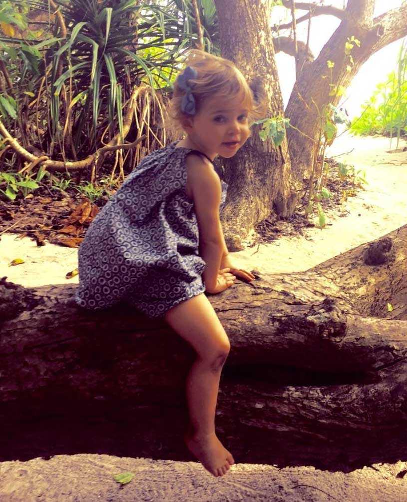 Lilla Leonore klättrar i träd.