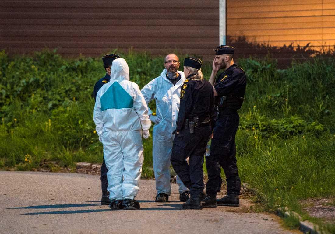 Polis på platsen där Lenas kropp hittades.