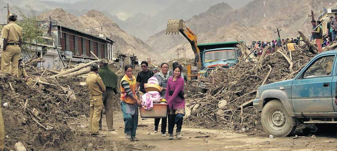 Bråte överallt Uppröjningsarbetet i Ladhak i norra Indien har satt igång efter de kraftiga översvämningarna. Hittills har 132 hittats döda och över 500 saknas. Bland de som inte hört av sig är två svenskar.
