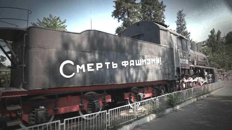 """DÖD ÅT FASCISMEN!  Det bepansrade tåget """"Zjelenjakov"""" användes framgångsrikt i striderna mot nazityskland under andra världskriget. Det sprängdes men monterades på 60-talet samman till ett monument utanför Sevastopols busstation. Foto: Martin Aagård"""