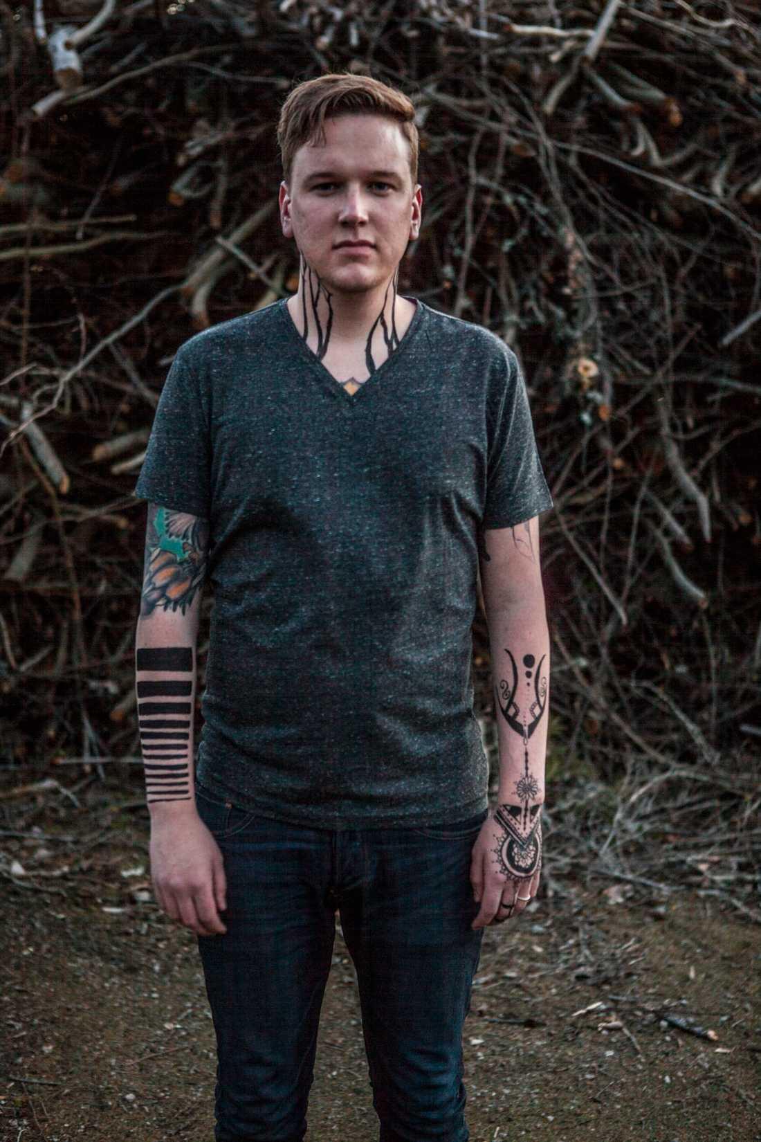 Kroppsmålning och synliga tatueringar På fritiden ser Anton Svensson ut så här. Alltid klädd i gymnastikskor, t-shirt och jeans.