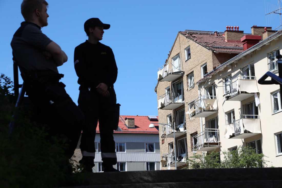 Runt 20 personer skadades lindrigt i ett sprängdåd i ett flerbostadshus i Linköping förra sommaren. Trots det har bara två ansökt om brottsskadeersättning.