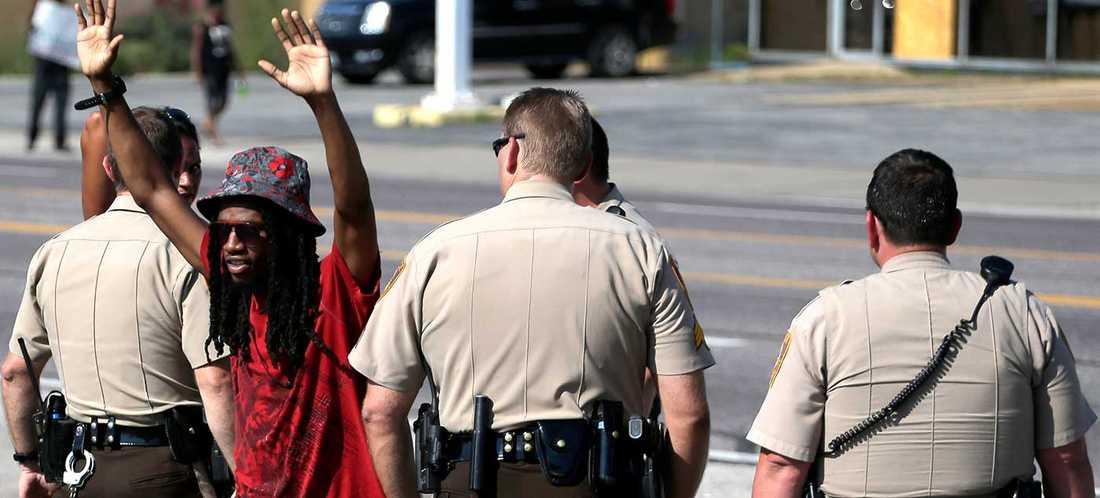 Ferguson, Missouri, där en i huvudsak svart befolkning protesterar mot våldet från en i huvudsak vit poliskår.