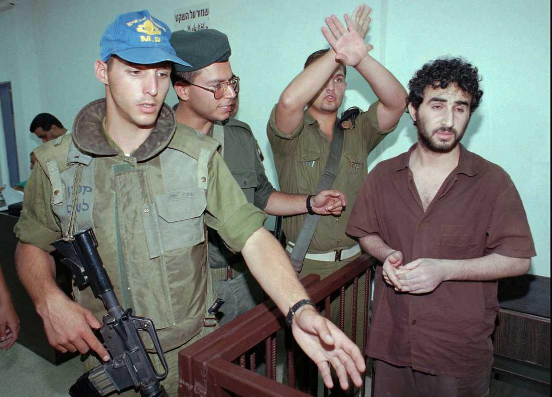 TJÄNAR MEST Hassan Salameh, till höger, får en månadslön på 10 800 kronor trots att han dömdes till 37 livstidsstraff 1996 för att ha lett terrorattacker som dödade 46 personer.