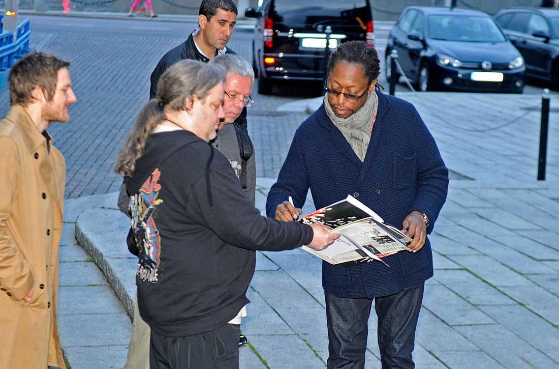 Basisten Darryl Jones skrev autografer utanför Café Opera.