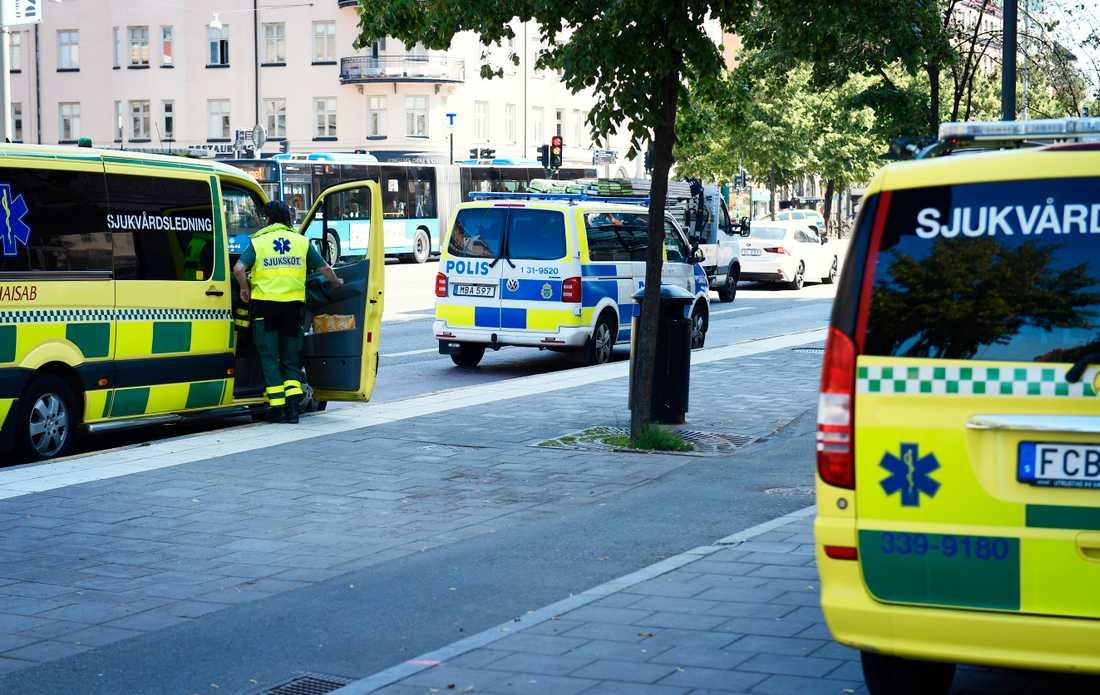Polisen jagar pistolman vid Skanstulls tunnelbana.
