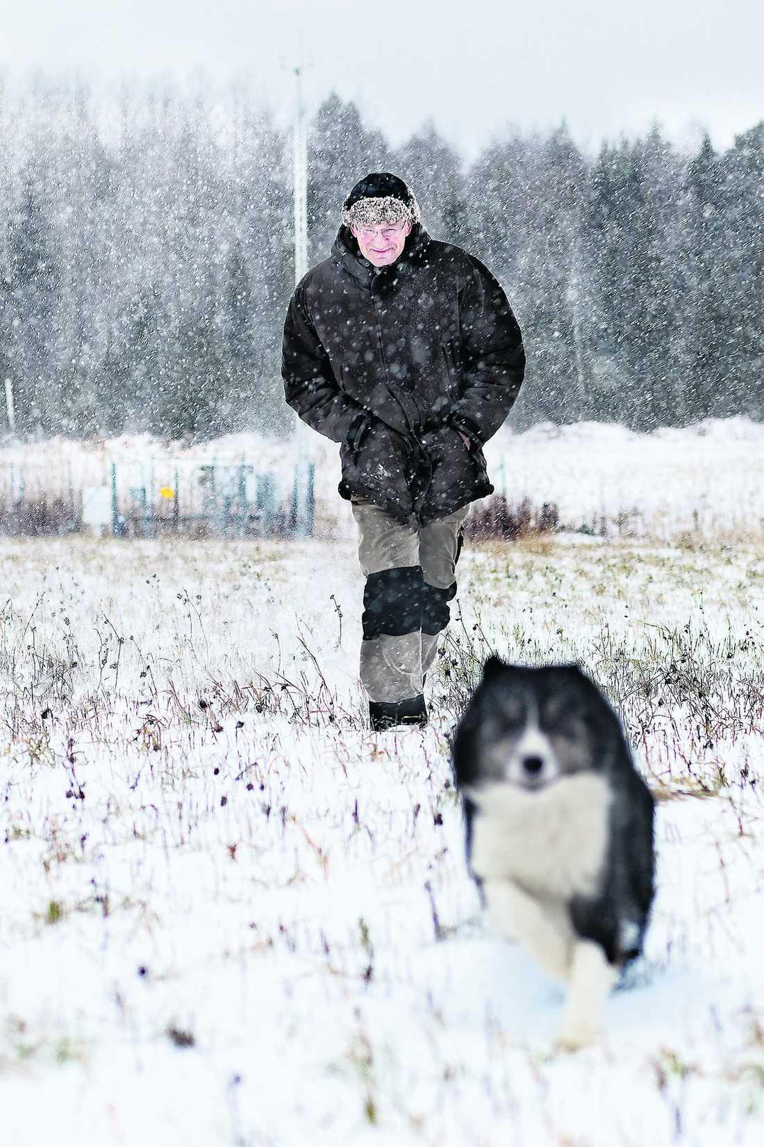 ökänd plats Björn Mattsson mäter temperaturen i Kallvik – ett av Sveriges ökända köldhål.