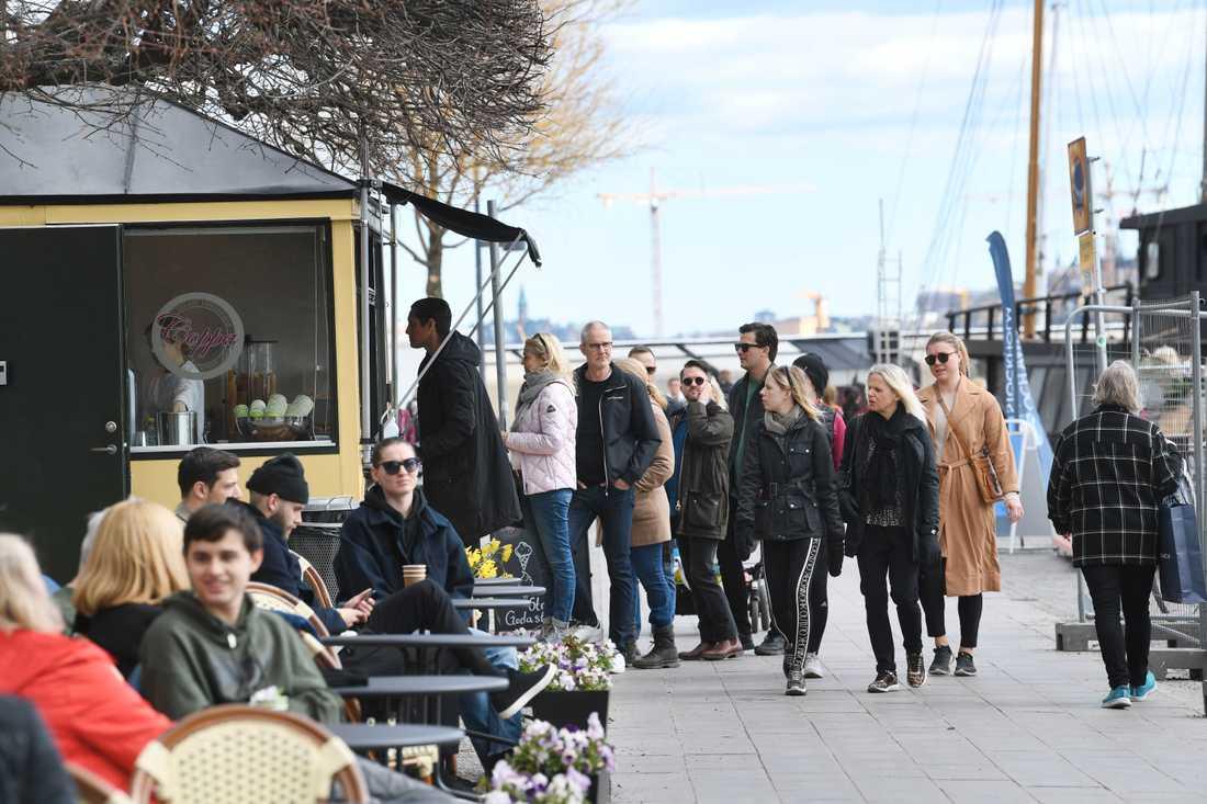Vårsolen lockade ut Stockholmarna i helgen. Här köar folk till en glasskiosk på söndagen.
