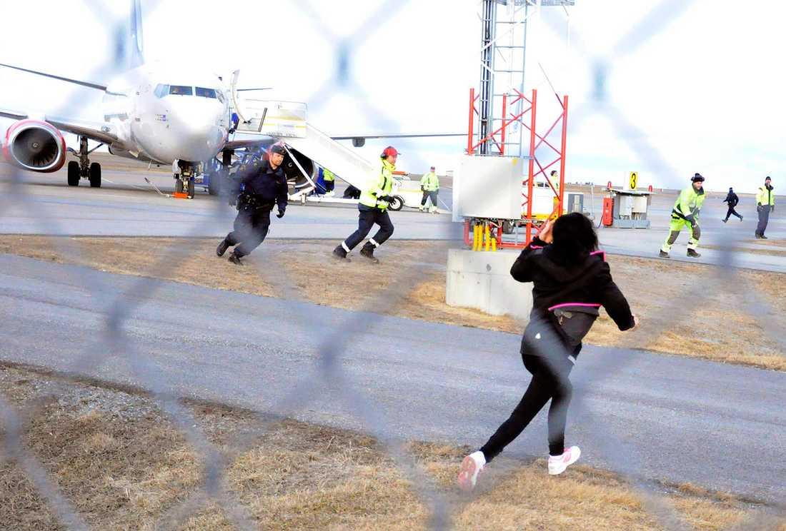 Folk protesterar mot avvisningen på flygplatsen.