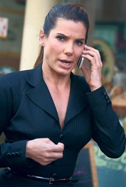 Packade väska – och flydde När Sandra Bullock dagar efter succén på Oscarsgalan fick reda på att maken Jesse James var otrogen reagerade hon instinktivt: hon packade en väska och lämnade Los Angeles med sin adoptivson Louis.