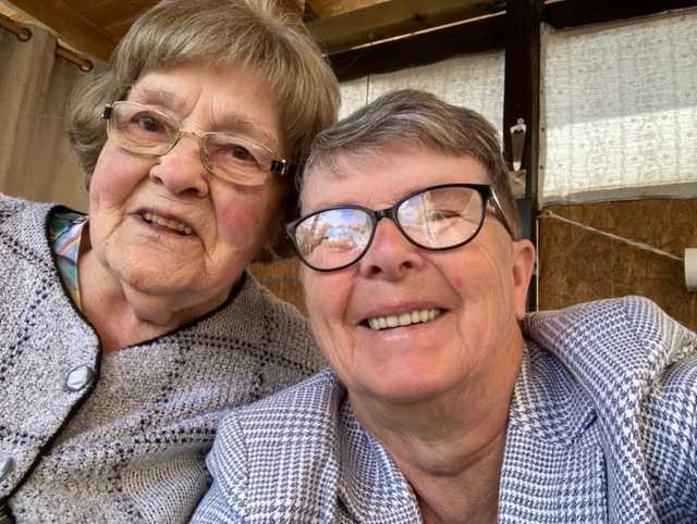 91-åriga Margarete Ekenström (till vänster i bild) blev sittandes på badrumsgolvet i 14 timmar. Vännen Margot Åström (till höger i bild) räddade henne genom att följa magkänslan.
