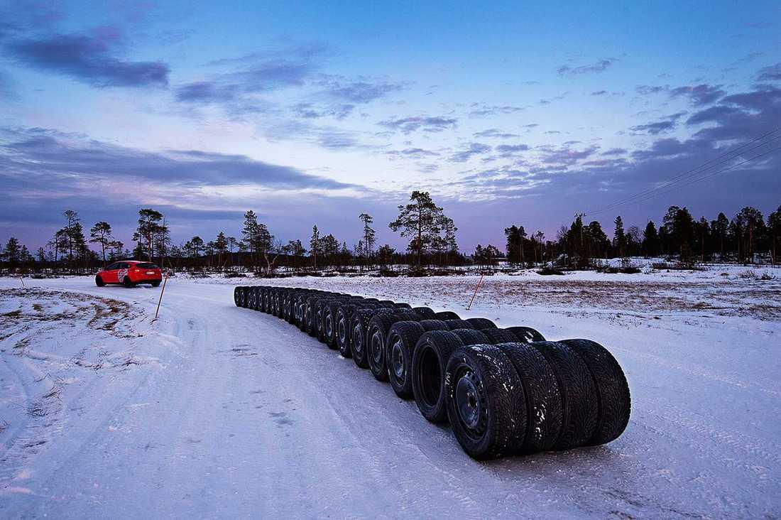 Etthundra däck testade. 13 med dubbar, tolv utan.