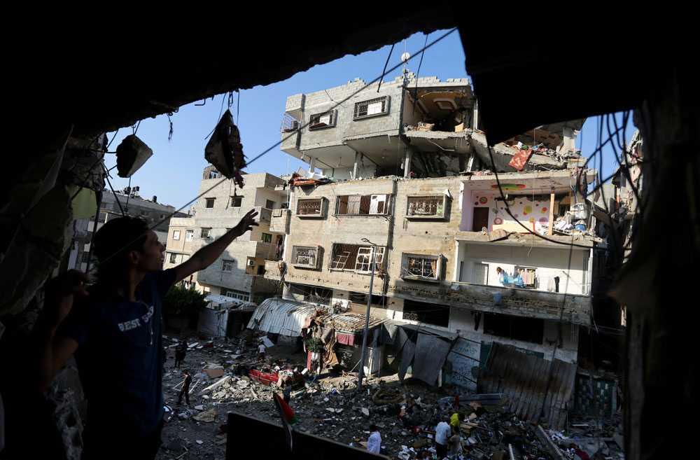 10 juli beskjuter Israel Gaza City. Dagen efter passerar dödssiffran i Gaza 100. Netanyahu säger att offensiven kommer att fortsätta tills det har blivit lugnt i området.